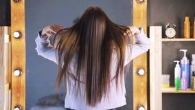 Beaux cheveux bien-toilettés propres d'une jeune femme après une procédure de Botox dans un salon de beauté La fille est heureuse banque de vidéos