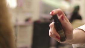 Beaux cheveux et cosmétiques d'or blancs clips vidéos