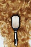Beaux cheveux et peigne sains bouclés Image stock