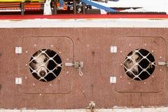 Beaux chiens enroués de l'Alaska attendant une course de chien de traîneau pour commencer Images libres de droits