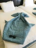 Beaux chiffres des rayons de mer faits à partir des couvertures, couvertures de couette sur le lit avec des lunettes de soleil photographie stock