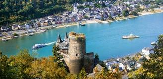 Beaux châteaux romantiques de rivière de Rhein vue du château a de Katz Image stock