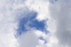 Beaux ciel bleu et nuages Photo stock