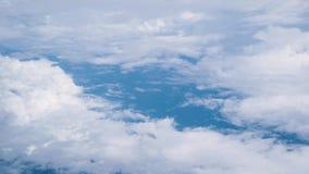 Beaux ciel bleu et nuages des fenêtres de l'avion banque de vidéos