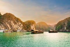 Beaux ciel et bateau de croisière sur la baie de Halong, Vietnam photo stock