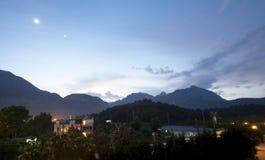 Beaux ciel et montagnes bleus de soirée Photos libres de droits