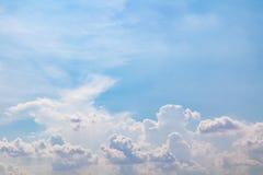 Beaux ciel nuageux et fond images stock