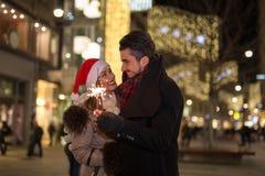 Beaux cierges magiques d'éclairage de couples pour Noël Photographie stock