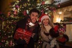 Beaux cierges magiques d'éclairage de couples pour Noël devant a Image stock