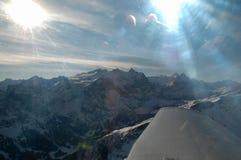 Beaux cieux, soleil et montagnes Image libre de droits