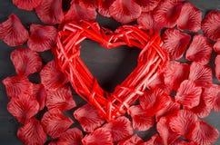 Beaux coeur et pétales de rose tressés Photos libres de droits