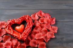 Beaux coeur et pétales de rose tressés Photo stock