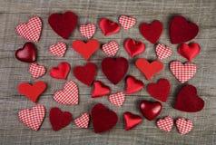 Beaux coeurs à carreaux rouges sur le fond en bois Idée pour un gre Photographie stock