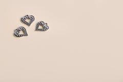 Beaux coeurs d'amour en métal d'argent de vintage pour des mariages ou des valentines Images libres de droits