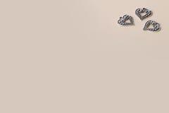 Beaux coeurs d'amour en métal d'argent de vintage pour des mariages ou des valentines Photos libres de droits