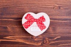 Beaux coeurs de valentine sur le conseil avec l'espace pour le texte Photo libre de droits