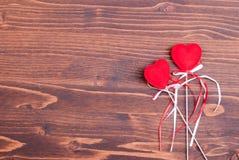 Beaux coeurs de valentine sur le conseil avec l'espace pour le texte Images libres de droits