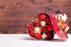 Beaux coeurs de valentine sur le conseil avec l'espace pour le texte Images stock
