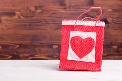 Beaux coeurs de valentine sur le conseil avec l'espace pour le texte Photo stock