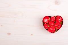Beaux coeurs de valentine sur le conseil avec l'espace pour le texte Photographie stock