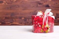 Beaux coeurs de valentine sur le conseil avec l'espace pour le texte Photographie stock libre de droits