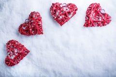 Beaux coeurs romantiques de vintage sur un fond givré blanc d'hiver de neige Image stock