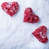 Beaux coeurs romantiques de vintage sur un fond givré blanc d'hiver de neige Amour et concept de jour de valentines de St Image stock