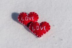 Beaux coeurs sur un backgroud de neige Photographie stock libre de droits
