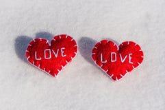 Beaux coeurs sur un backgroud de neige Image stock