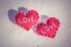 Beaux coeurs sur un backgroud de neige Image libre de droits