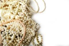 Beaux colliers crèmes de perle sur un fond blanc image libre de droits