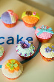 Beaux, colorés, délicieux petits gâteaux sur la table Photos libres de droits