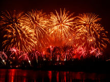 Beaux, colorés feux d'artifice au-dessus de la rivière pendant un Jour de la Déclaration d'Indépendance Photo stock