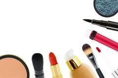 Beaux cosmétiques et brosses décoratifs de maquillage, d'isolement sur W Images stock