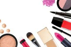 Beaux cosmétiques et brosses décoratifs de maquillage, d'isolement sur W Image stock