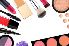 Beaux cosmétiques et brosses décoratifs de maquillage, d'isolement sur W Photographie stock