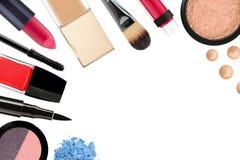 Beaux cosmétiques et brosses décoratifs de maquillage, d'isolement Images stock