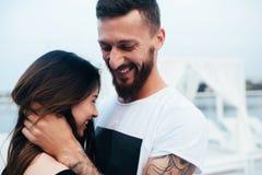Beaux couples à l'angle étroit Photos stock