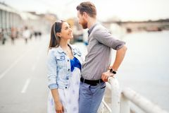 Beaux couples à l'extérieur image libre de droits