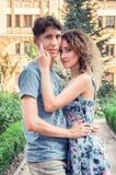 Beaux couples étreignant et regardant la caméra Parc vert et vieux bâtiment sur le fond images libres de droits
