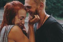 Beaux couples étreignant sous la pluie Photo libre de droits