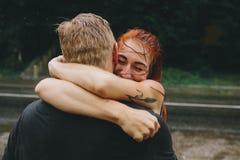 Beaux couples étreignant sous la pluie Photographie stock libre de droits