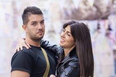 Beaux couples étreignant sur la rue Photographie stock