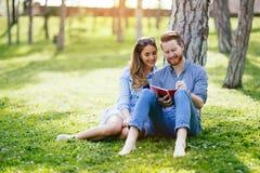 Beaux couples étudiant ensemble pour des examens photos libres de droits