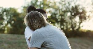 Beaux couples affectueux ayant l'amusement dehors clips vidéos