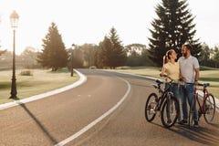 Beaux couples affectueux dehors photos libres de droits