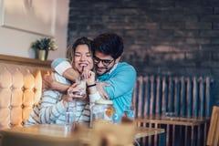 Beaux couples affectueux se reposant dans un café potable de café Image stock