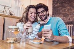 Beaux couples affectueux se reposant dans un café potable de café Images stock