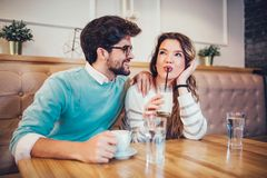 Beaux couples affectueux se reposant dans un café potable de café et conversating Image stock