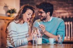 Beaux couples affectueux se reposant dans un café potable de café et conversating Image libre de droits